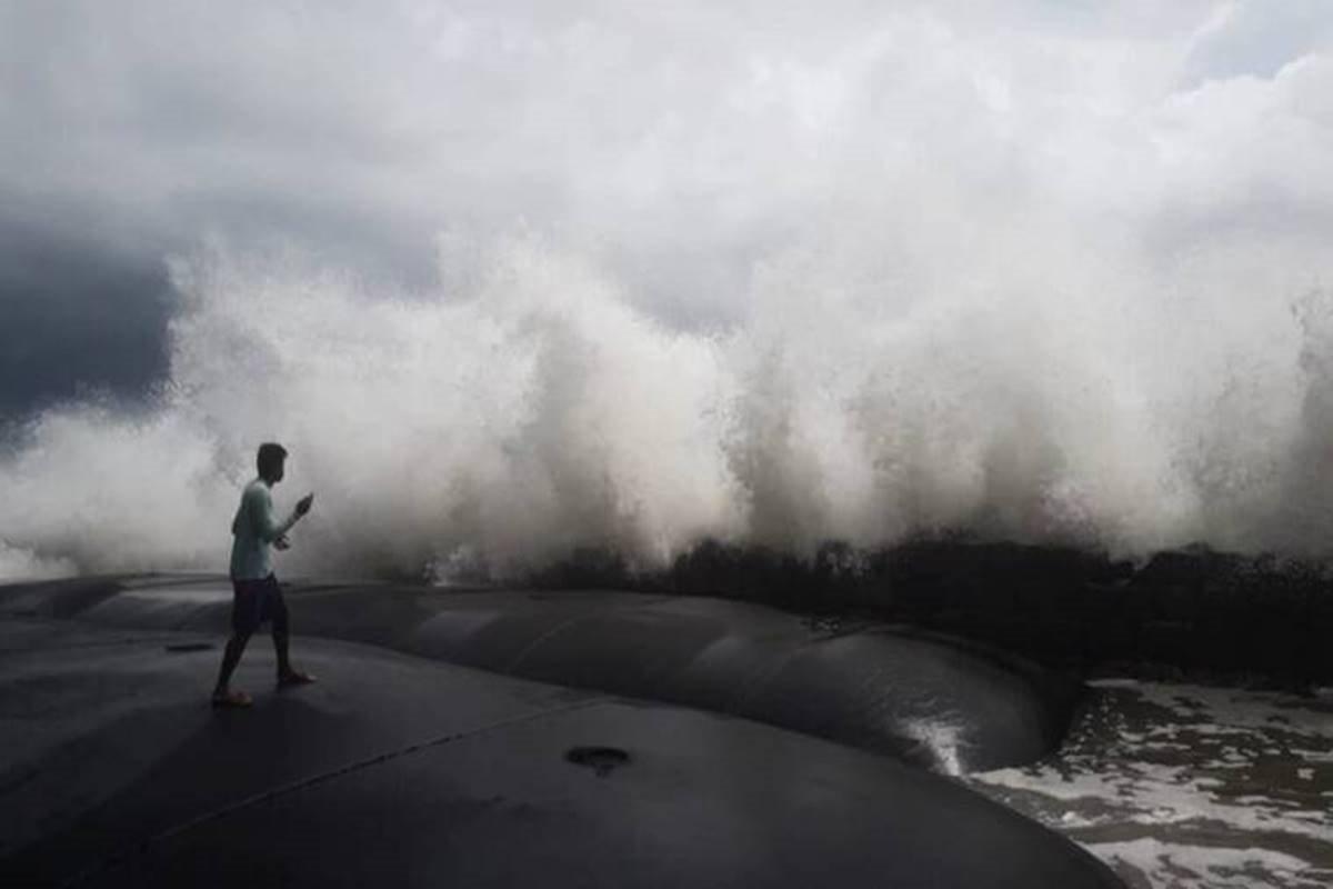 Tauk-tae Cyclone makes landfall in Gujarat this evening or tonight!